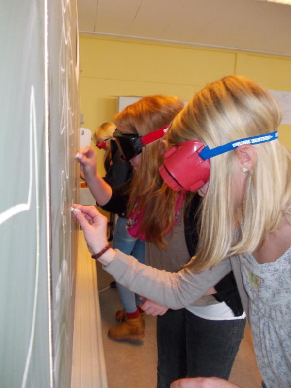 Schülerinnen der Anne Frank Realschule tragen die Rauschbrillen
